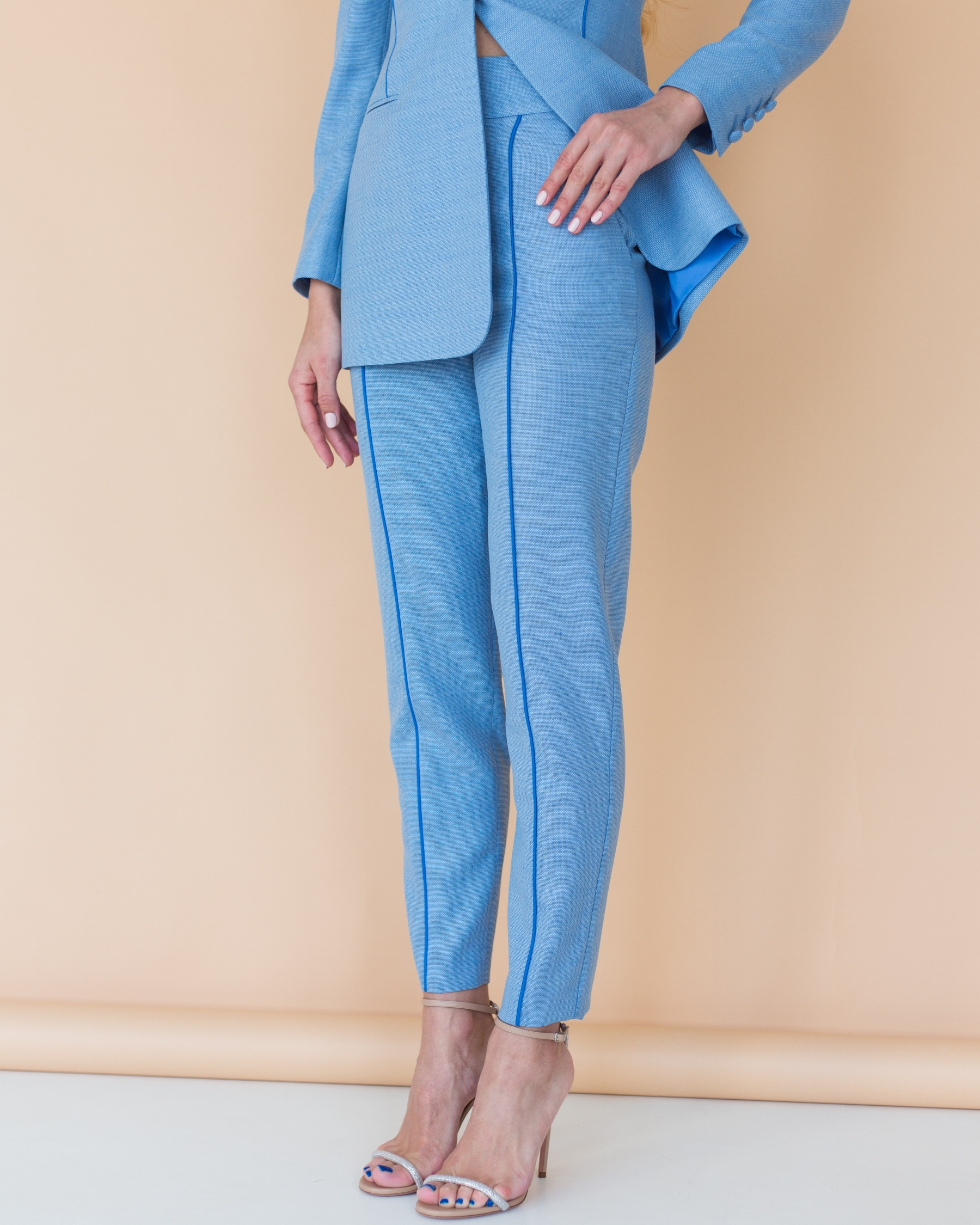 Голубой костюм из тонкой костюмной шерсти с длинным жакетом с синим кантом