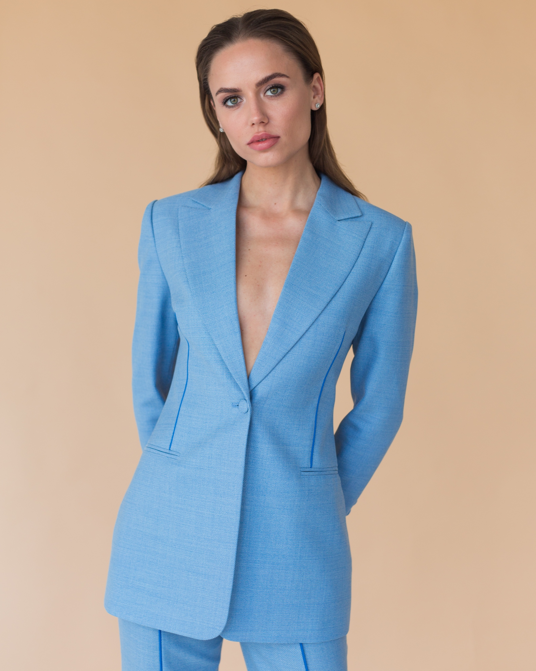 Голубой жакет из тонкой костюмной шерсти с синим кантом