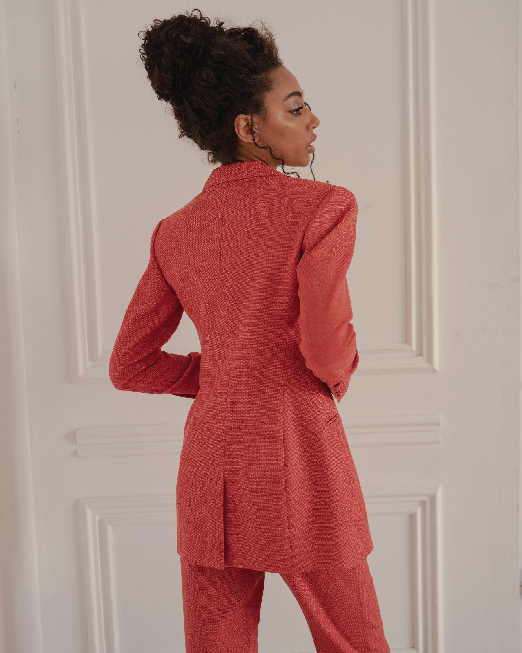 Терракотово-красный костюм из тонкой костюмной шерсти с красным кантом