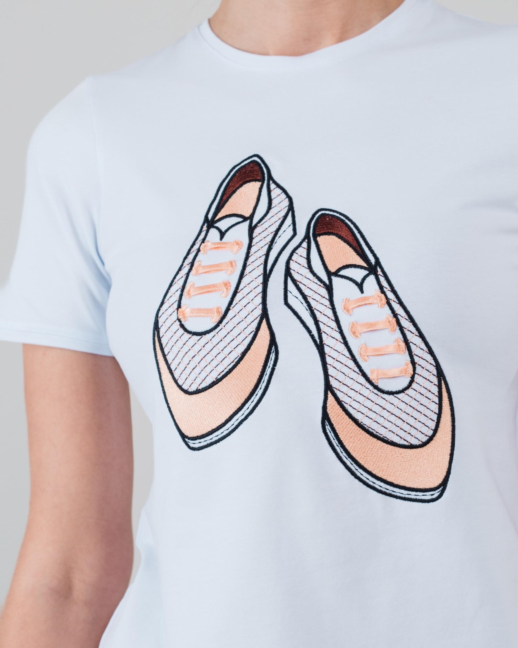 Узкая футболка с вышивкой Кроссовки