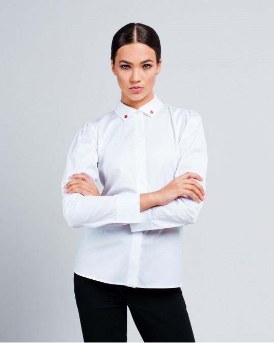 Белая рубашка с красными перламутровыми пуговицами