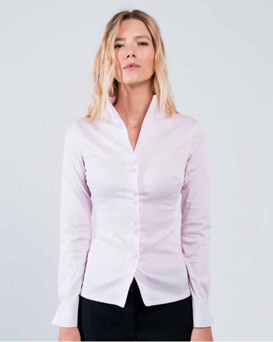 Светло-розовая рубашка с высоким воротником