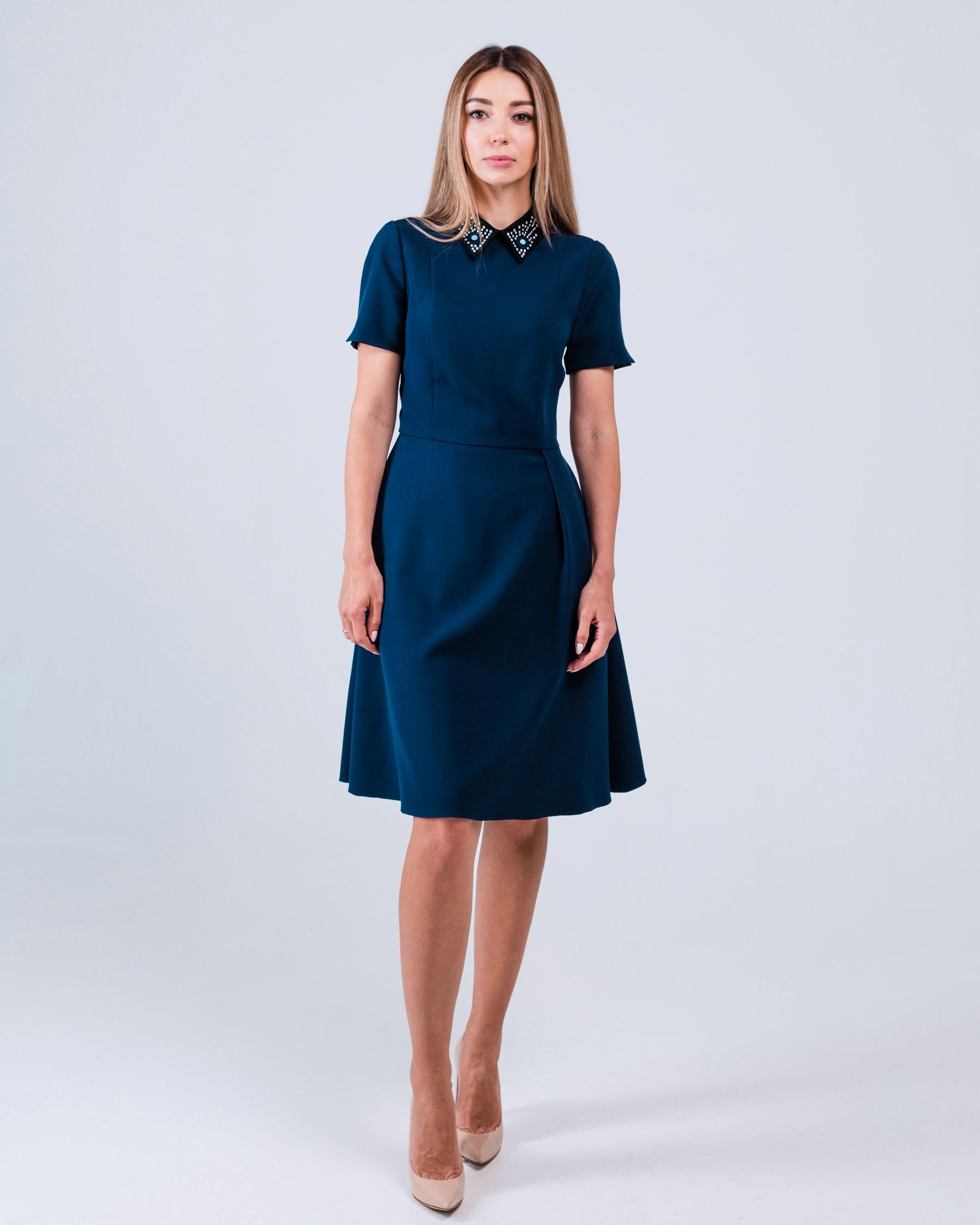 Платье с расшитым воротником