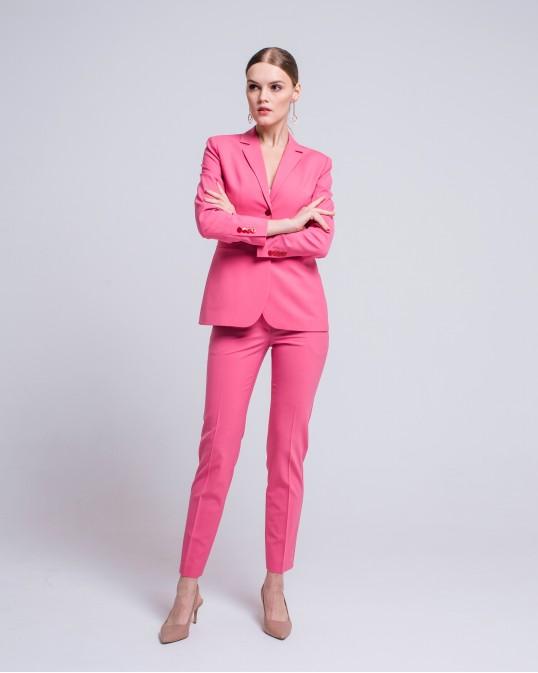 Розовый костюм из тонкой костюмной шерсти с красными пуговицами