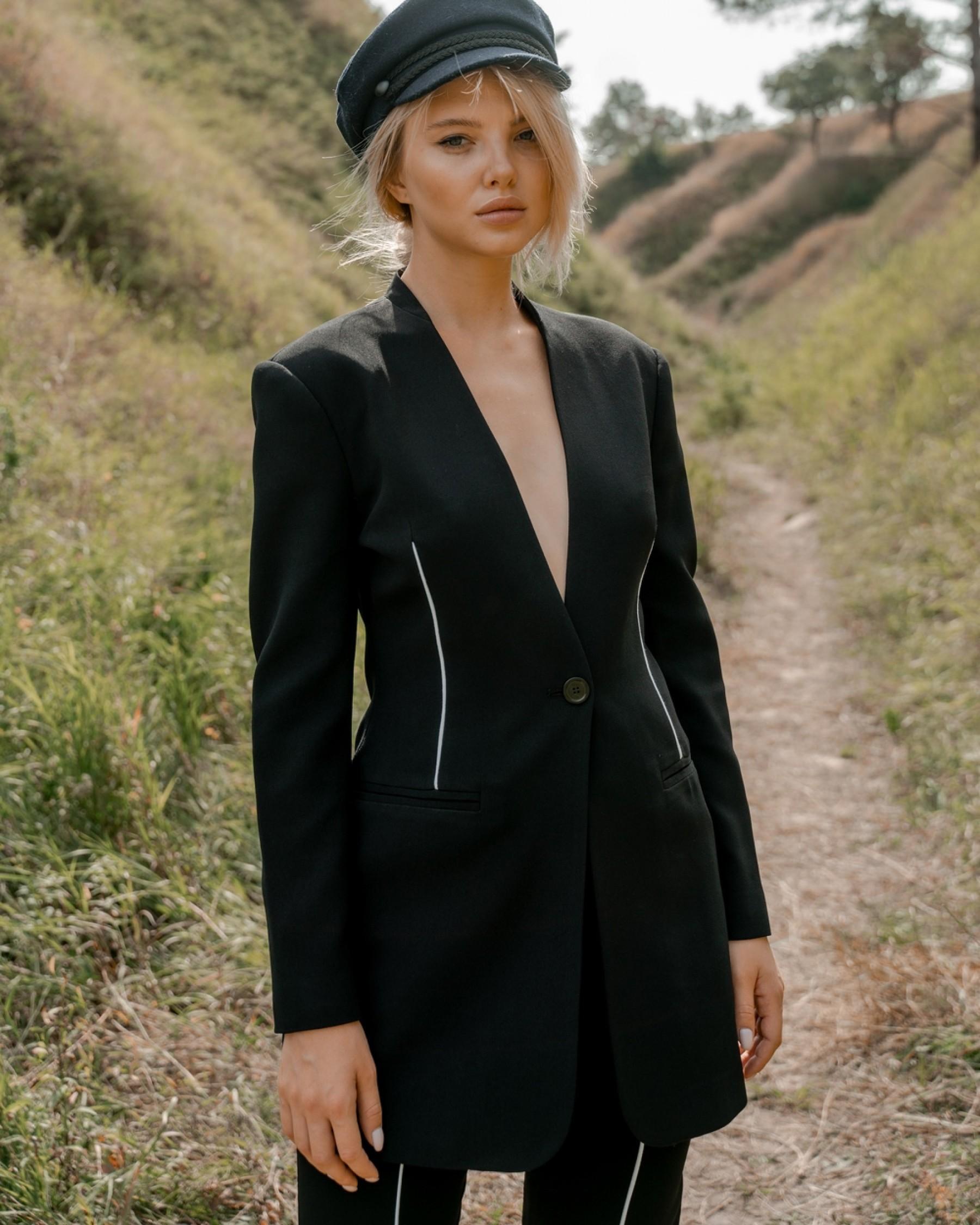 Черный костюм из крепа с длинным жакетом с белым кантом