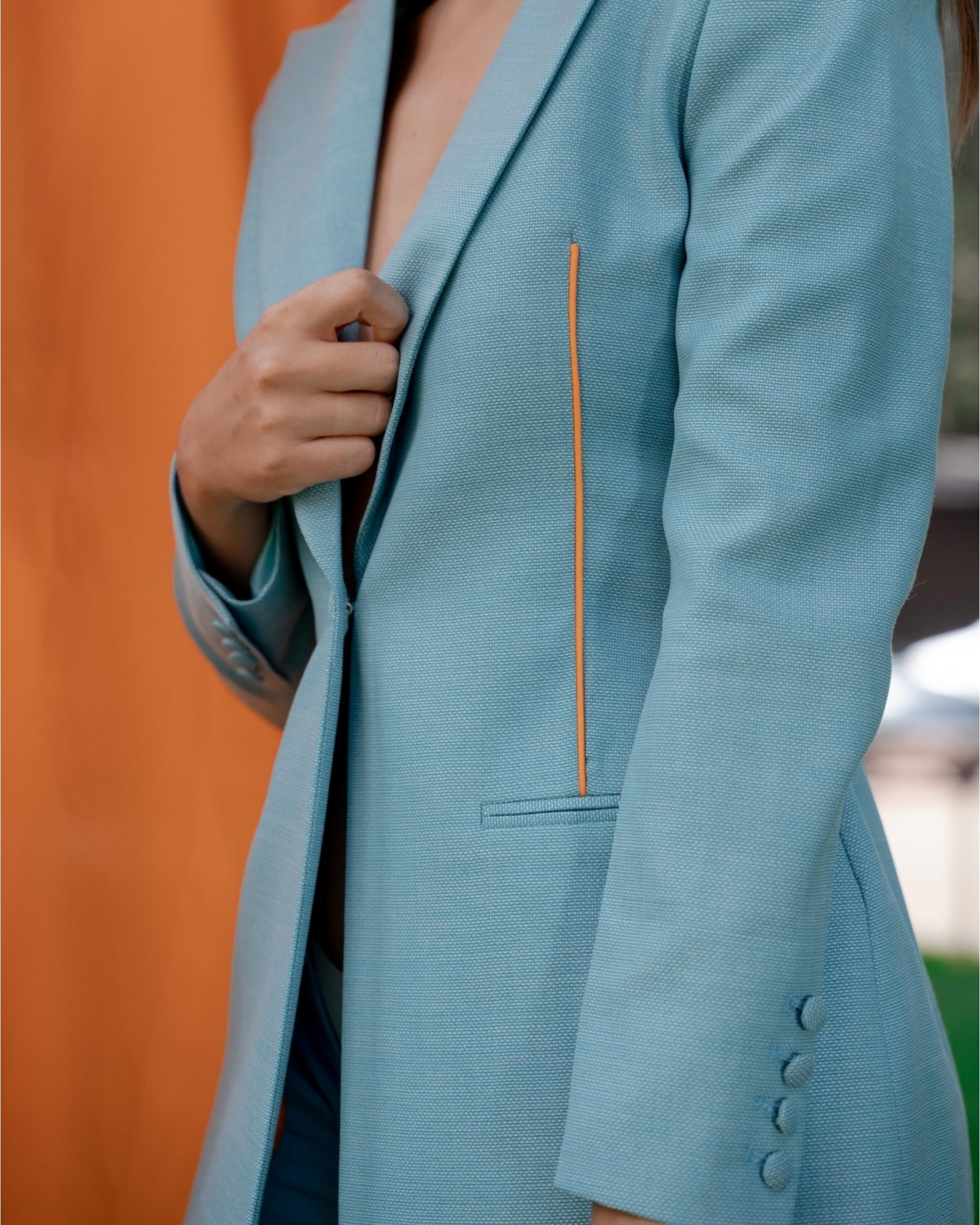 Бирюзовый костюм из тонкой костюмной шерсти с длинным жакетом с оранжевым кантом