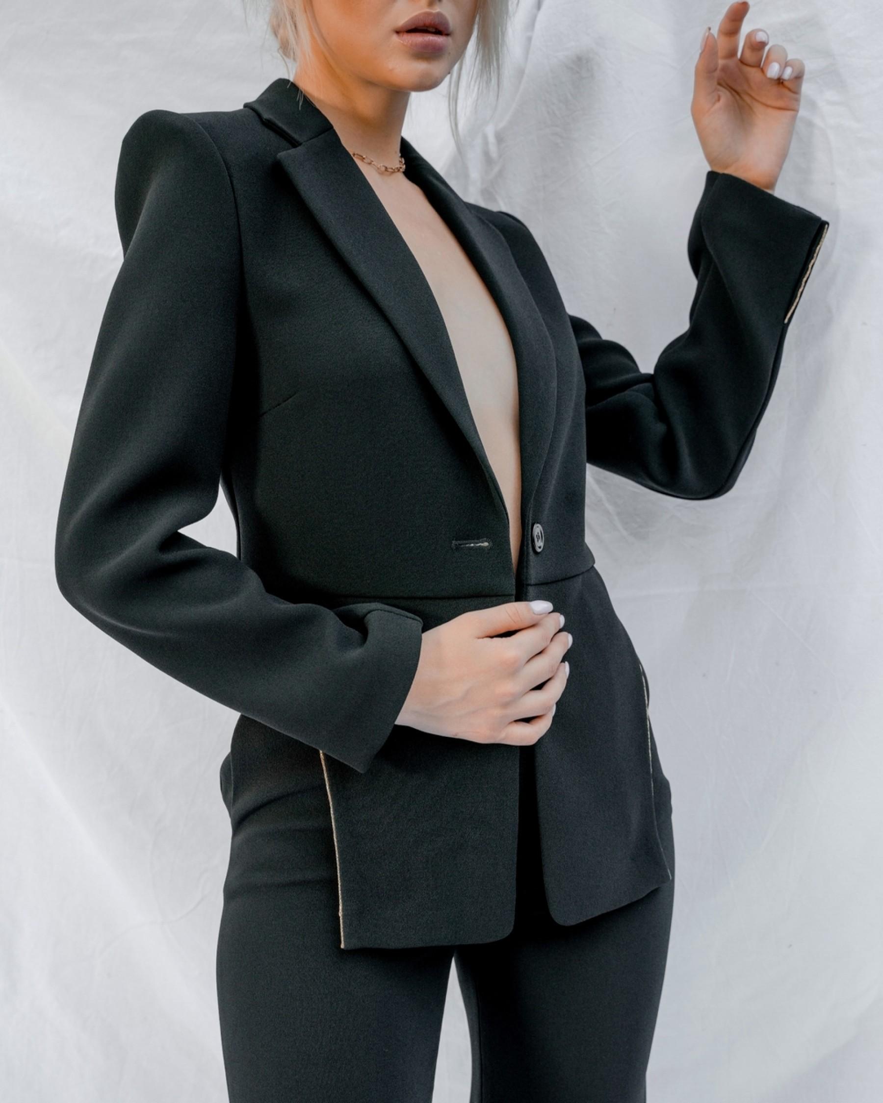 Черный костюм с боковыми вырезами с золотой отделкой