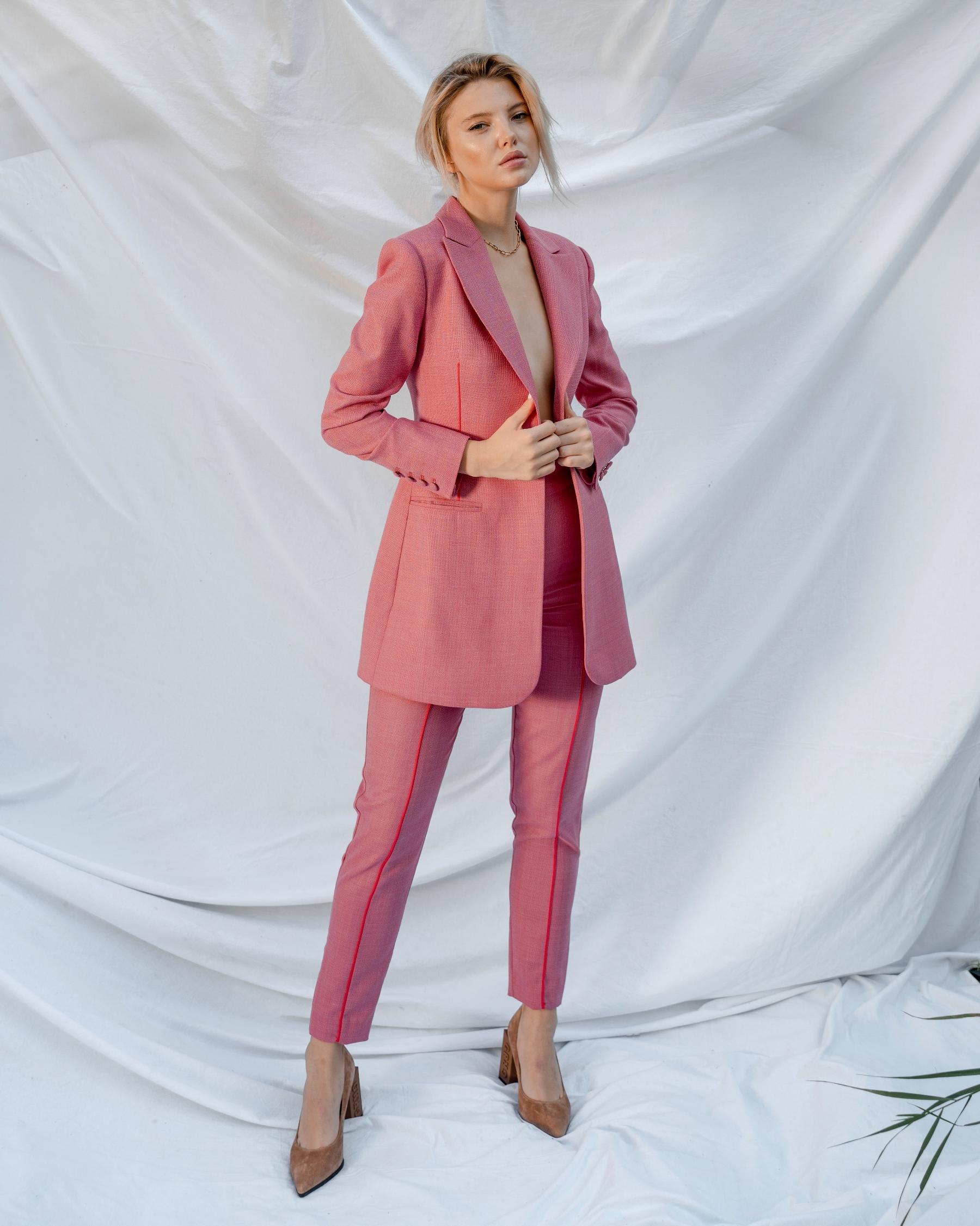 Розовый костюм из тонкой костюмной шерсти с длинным жакетом с красным кантом