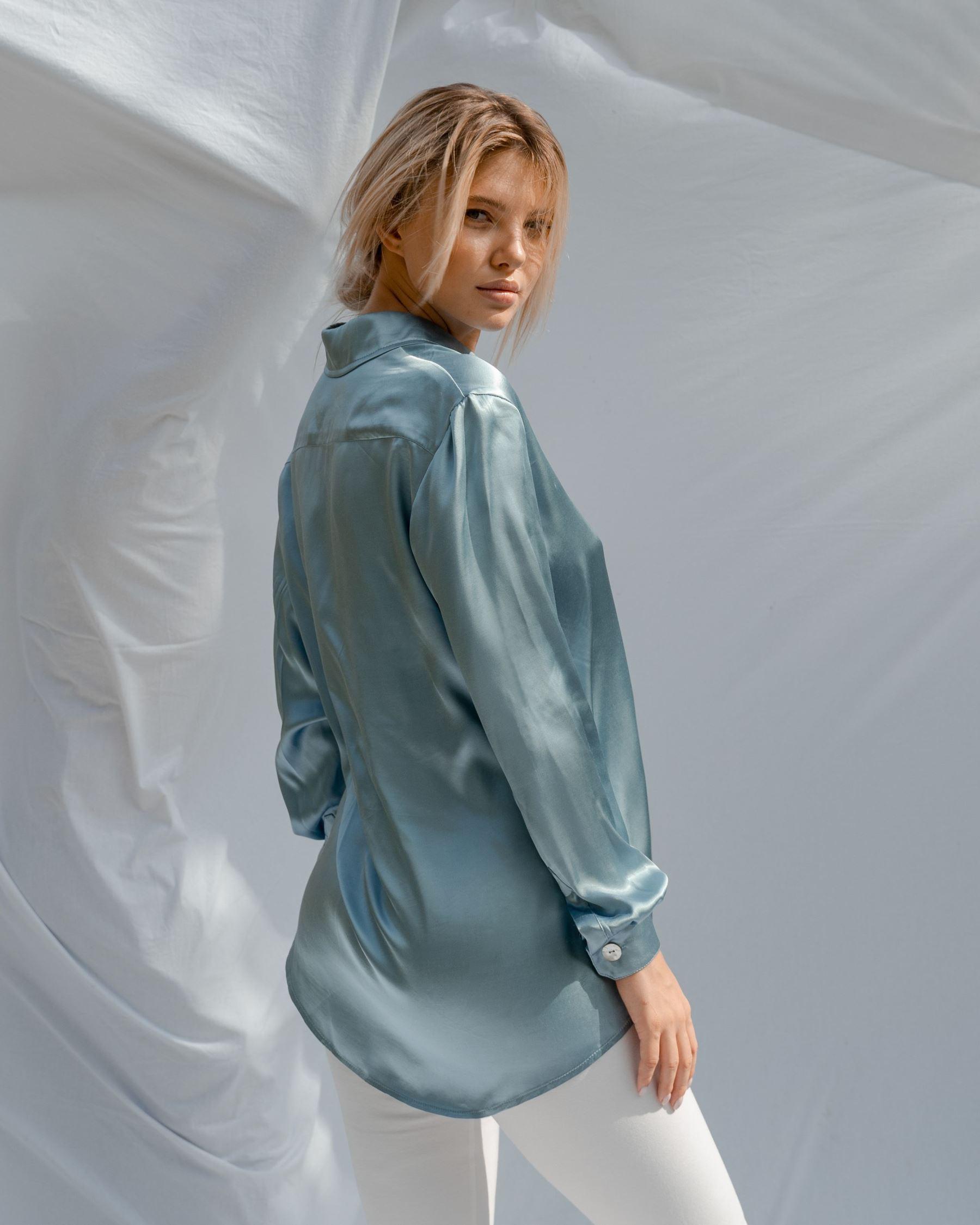 Атласная рубашка расслабленного силуэта голубая
