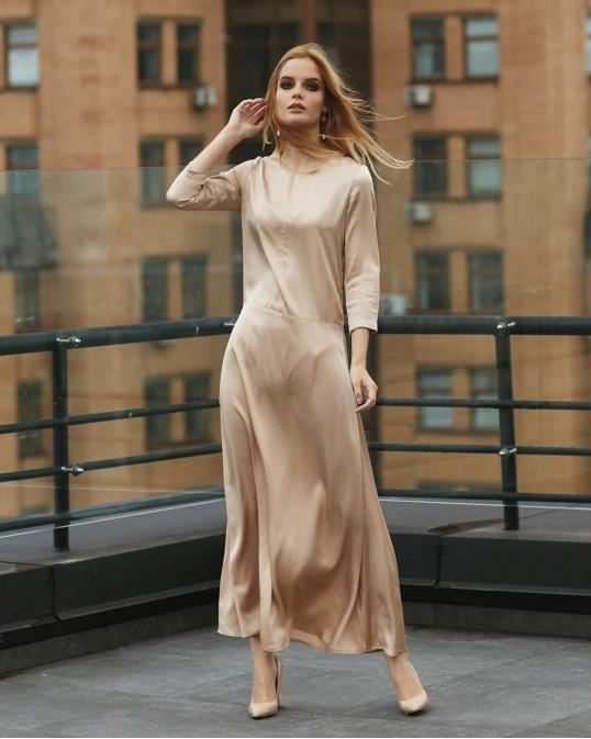 Атласное длинное платье расслабленного силуэта бежевое