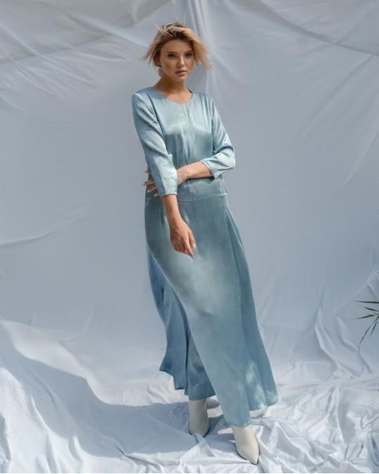 Атласное длинное платье расслабленного силуэта голубое